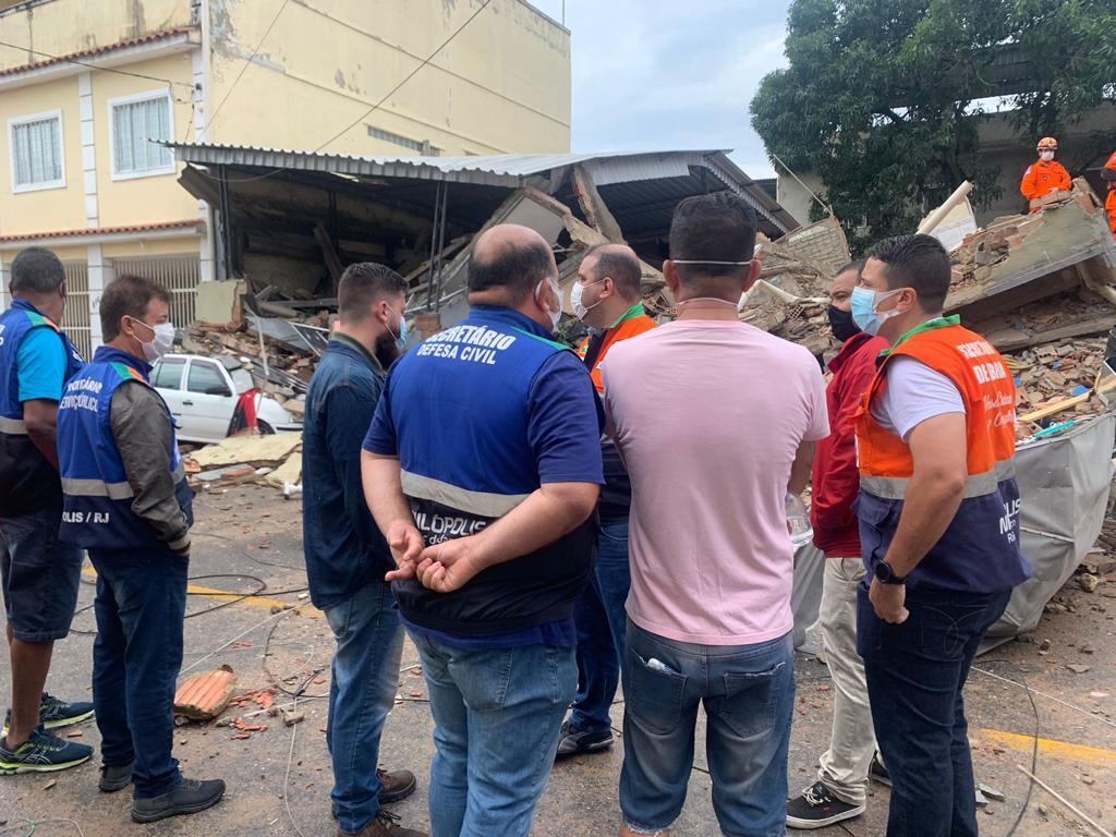 Membros da defesa civil de nilópolis vistoriando prédio que desabou