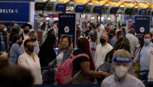 fila de pessoas esperando para embarcar em aeroporto
