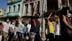 pessoas protestando nas ruas de cuba