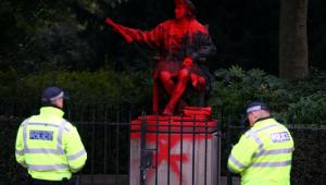 estátua de cristóvão colombo pintada de tinta vermelha
