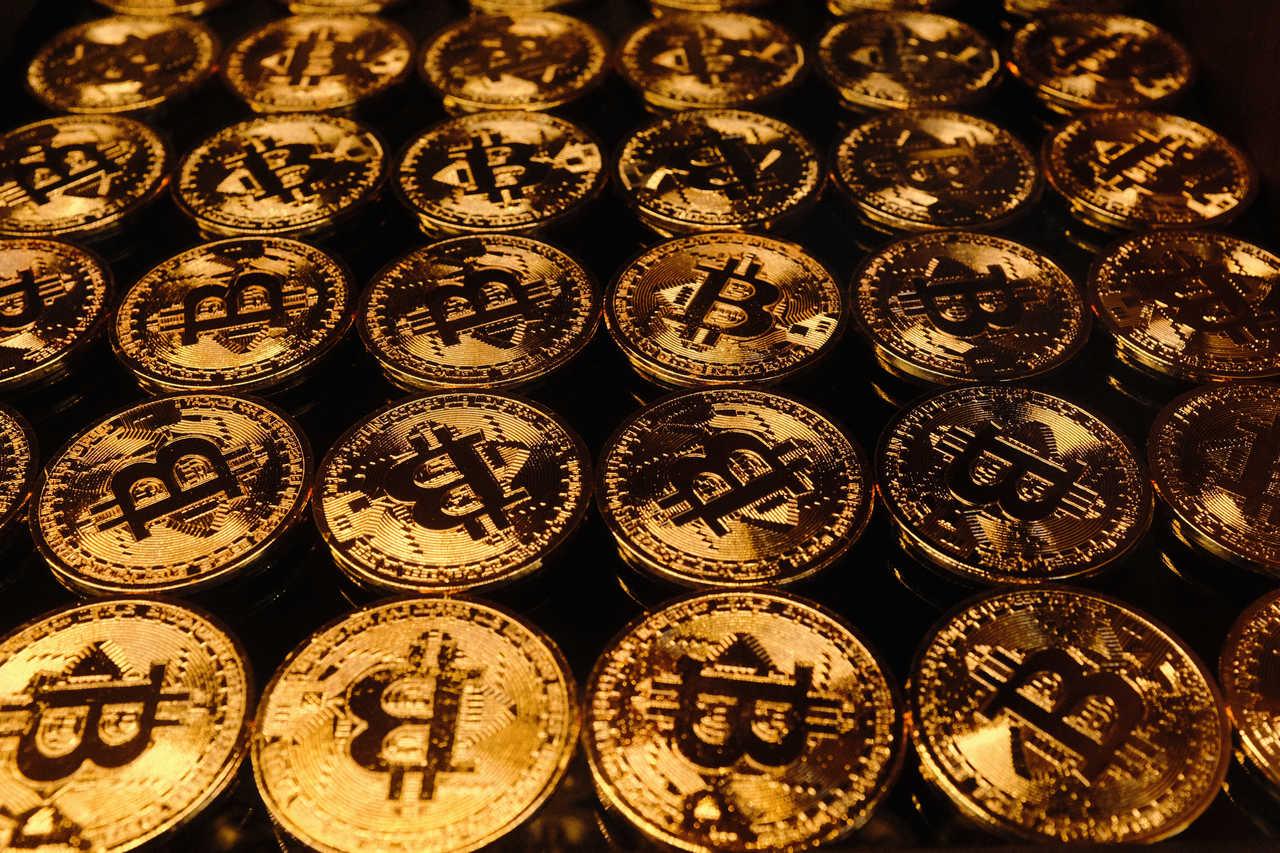 Moedas de bitcoin enfileiradas