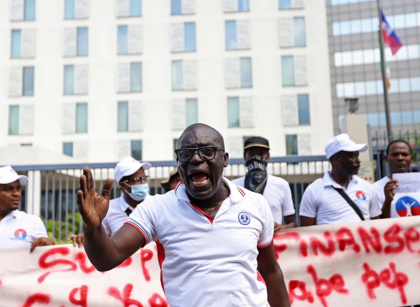 homem protestando nas ruas do haiti