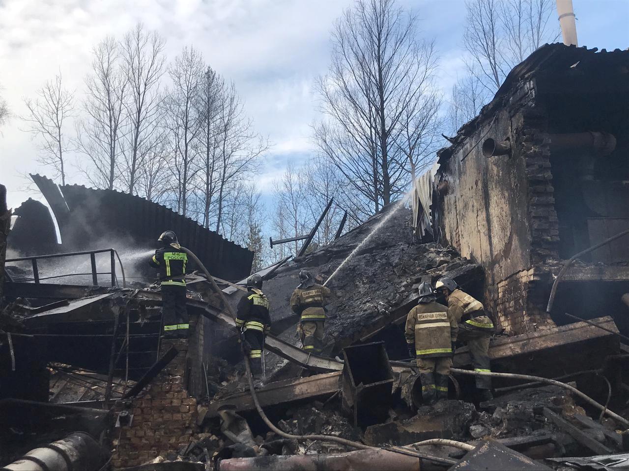 Bombeiros trabalham nos escombros de fábrica após explosão na região de Ryazan, na Rússia