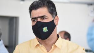 O prefeito de Cuiabá, Emanuel Pinheiro, de perfil, usando máscara de proteção