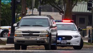 carro estacionado em frente à Suprema Corte dos EUA