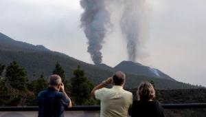 Pessoas assistindo à erupção do vulcão cumbre vieja