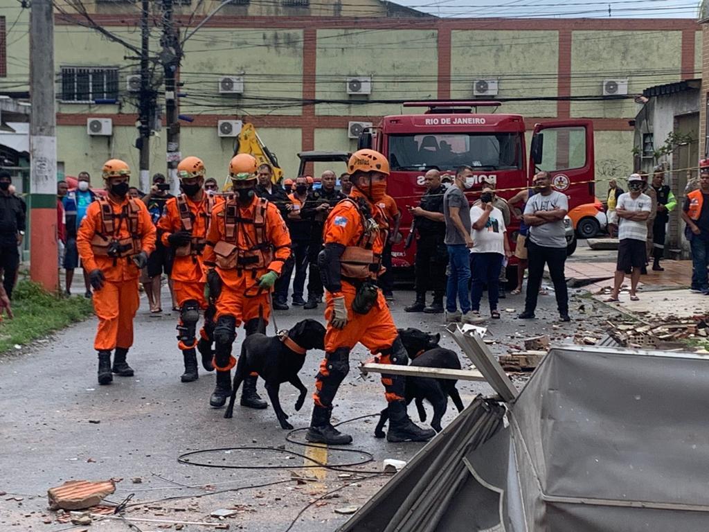 Equipes do Corpo de Bombeiros fazem buscas no local com ajuda de cães farejadores