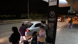 Pessoas aguardam por Uber no terminal de Guarulhos