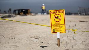 placa proibindo pessoa de entrar no mar