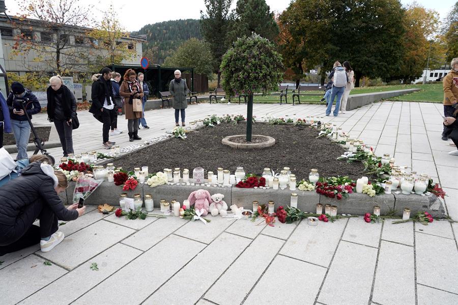 pessoas prestando homenagens às vítimas de ataque na noruega