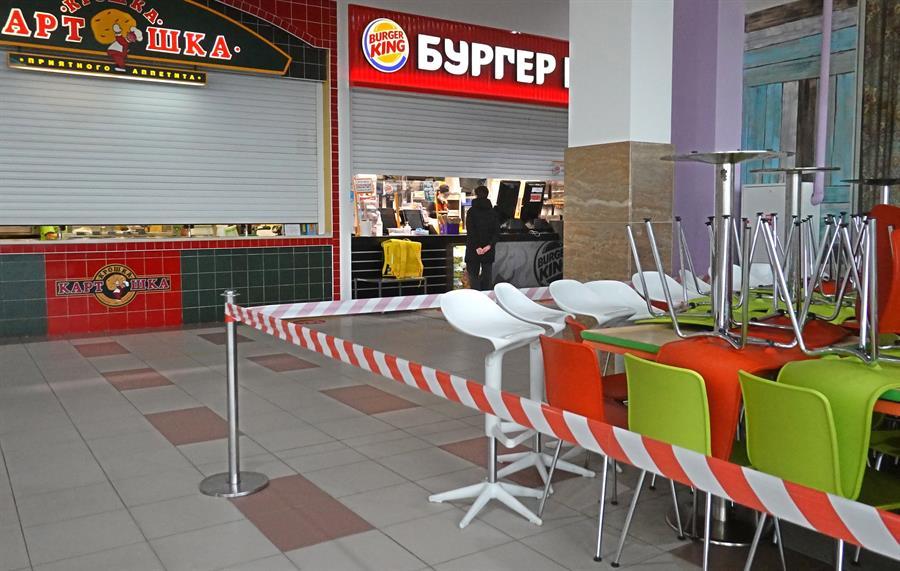 Praça de alimentação fechada em shopping center em Moscou, na Rússia, após decreto de lockdown