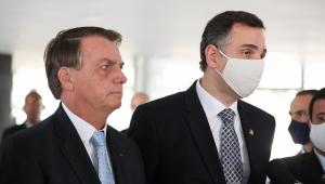 Jair Bolsonaro sem máscara ao lado de Rodrigo Pacheco, que usa o item