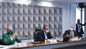 Bancada da CPI da Covid-19 com Luciano Hang, depoente, à esquerda, Omar Aziz, presidente, no centro, e Renan Calheiros, relator, à direita; Hang usou terno verde e gravara amarela