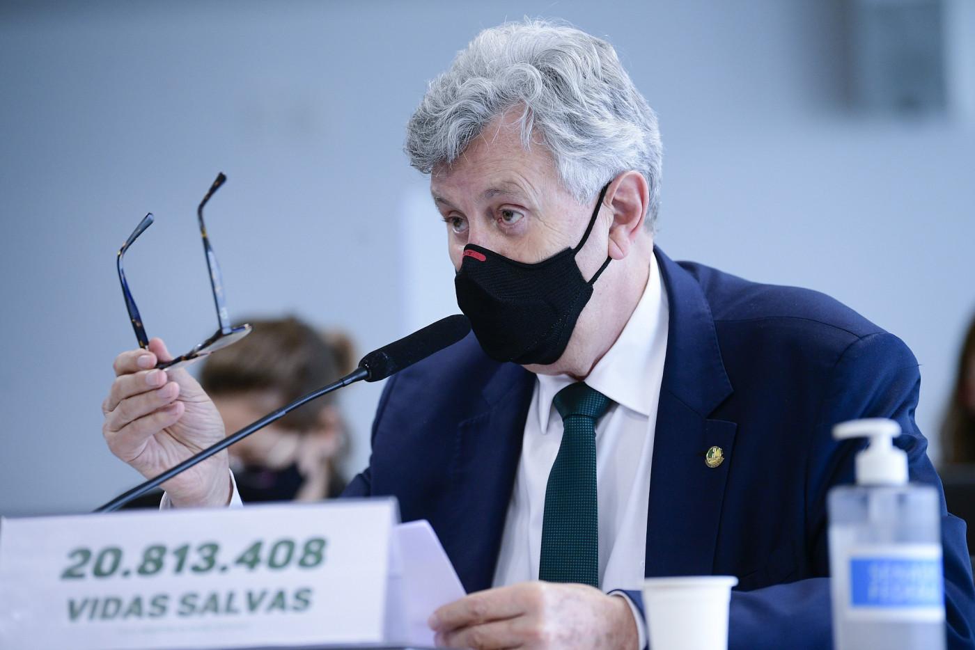 O senador Luis Carlos Heinze com óculos na mão discursando na CPI da Covid-19