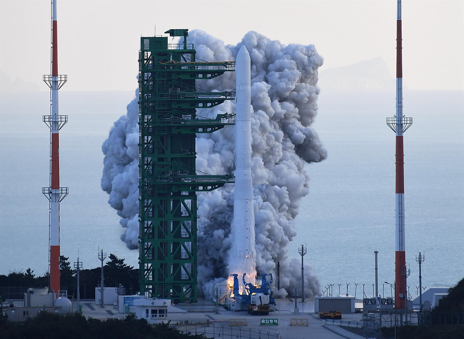 foguete sendo lançado na coreia do sul