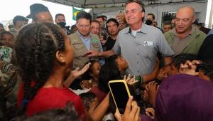 Em visita a refugiados venezuelanos em Roraima, Bolsonaro critica Lula e Maduro