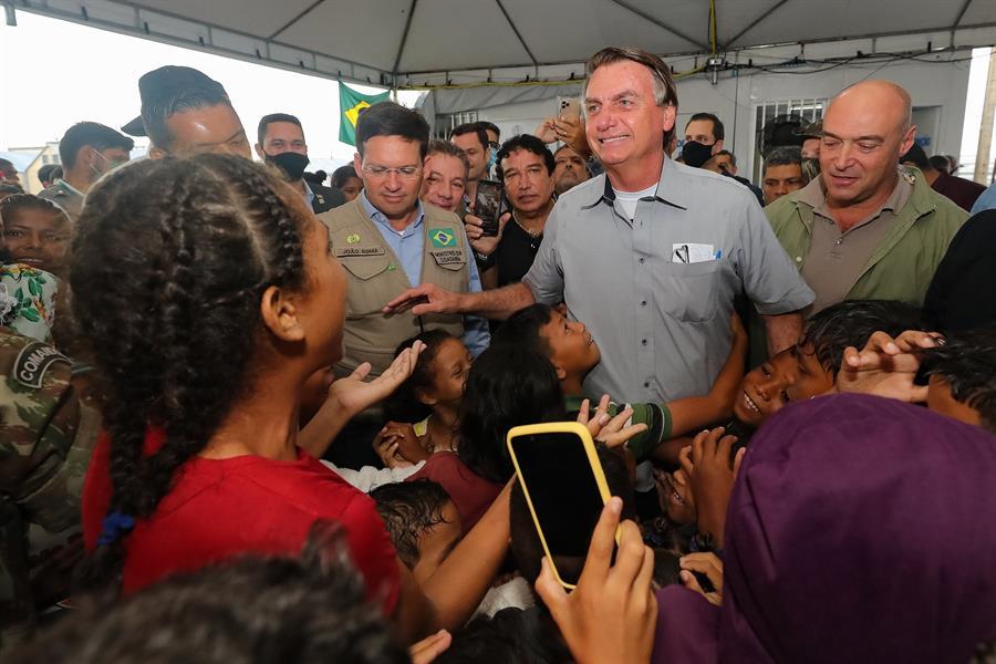 Bolsonaro é recepcionado por multidão em Roraima ao visitar refugiados venezuelanos