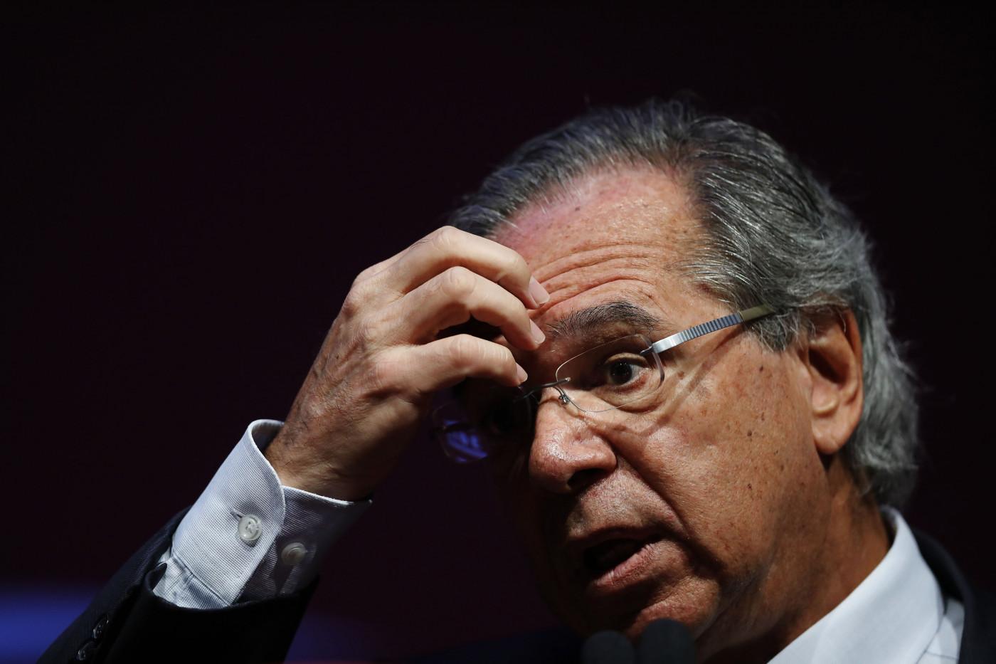 Ministro da Economia, Paulo Geuedes, com a mão da testa