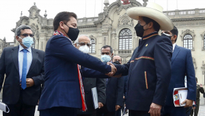 Guido Bellido e Pedro Castillo apertam as mãos
