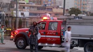 Talibã monta guarda perto do local da explosão de uma bomba em Cabul, Afeganistão