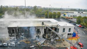 Prédio destruído em Milão após acidente aéreo