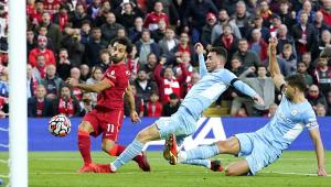 Salah finaliza e faz gol contra o Manchester City no Campeonato Inglês