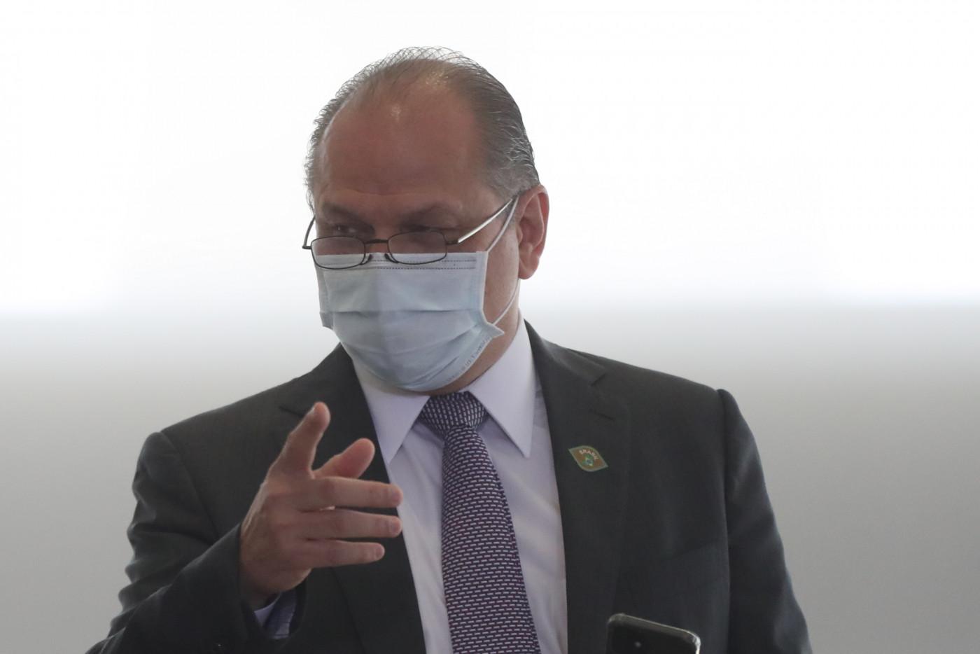 O deputado federal, Ricardo Barros, conversando e apontando com o dedo