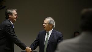 Jair Bolsonaro cumprimenta Paulo Guedes durante declaração conjunta à imprensa na sede do Ministério da Economia
