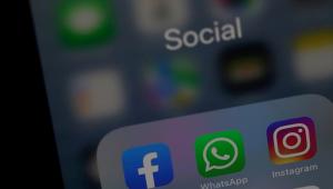 Parte de cima do smartphone, com os ícones do Facebook, do WhatsApp e do Instagram