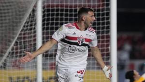 Atacante Jonathan Calleri comemora gol contra o Corinthians no Campeonato Brasileiro
