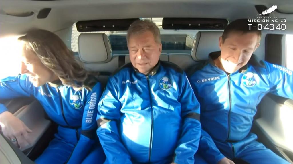 Ator William Shatner dentro de carro com companheiros de tripulação