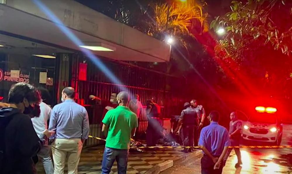 Polícias na frente do Clube Pinheiros, onde um homem foi assaltado e baleado