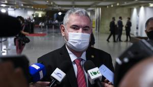 Senador em conversa com a imprensa