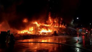 fogo tomando conta de prédio em taiwan