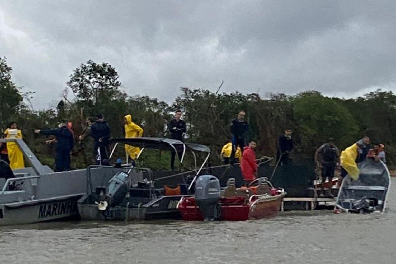 Homens e equipamentos durante operação no Pantanal