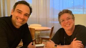 Tadeu Schmidt em um restaurante com Boninho