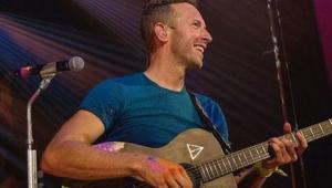 Chris Martin tocando em um show