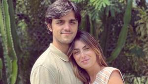 Felipe Simas abraçado com Mariana Uhlmann