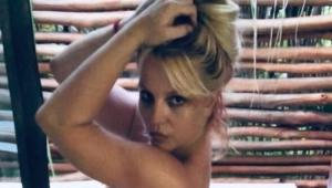 Britney Spears segurando o cabelo com as mãos
