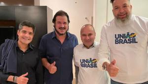 Homens posam para foto com camisa de novo partido