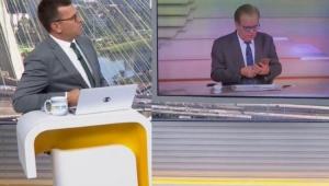 Chico Pinheiro não percebe que está ao vivo e gera climão com Bocardi em jornal; assista