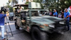 veículo militar passa no meio de multidão no Líbano