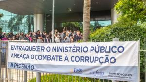 Movimento de manifestantes contra a PEC 5 em frente à ao prédio sede institucional do Ministério Público do Rio Grande do Sul