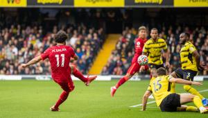 Mohamed Salah chutando a bola para o gol em jogo contra o Watford