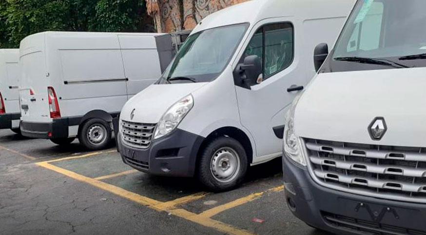 Três vans roubadas paradas em um estacionamento
