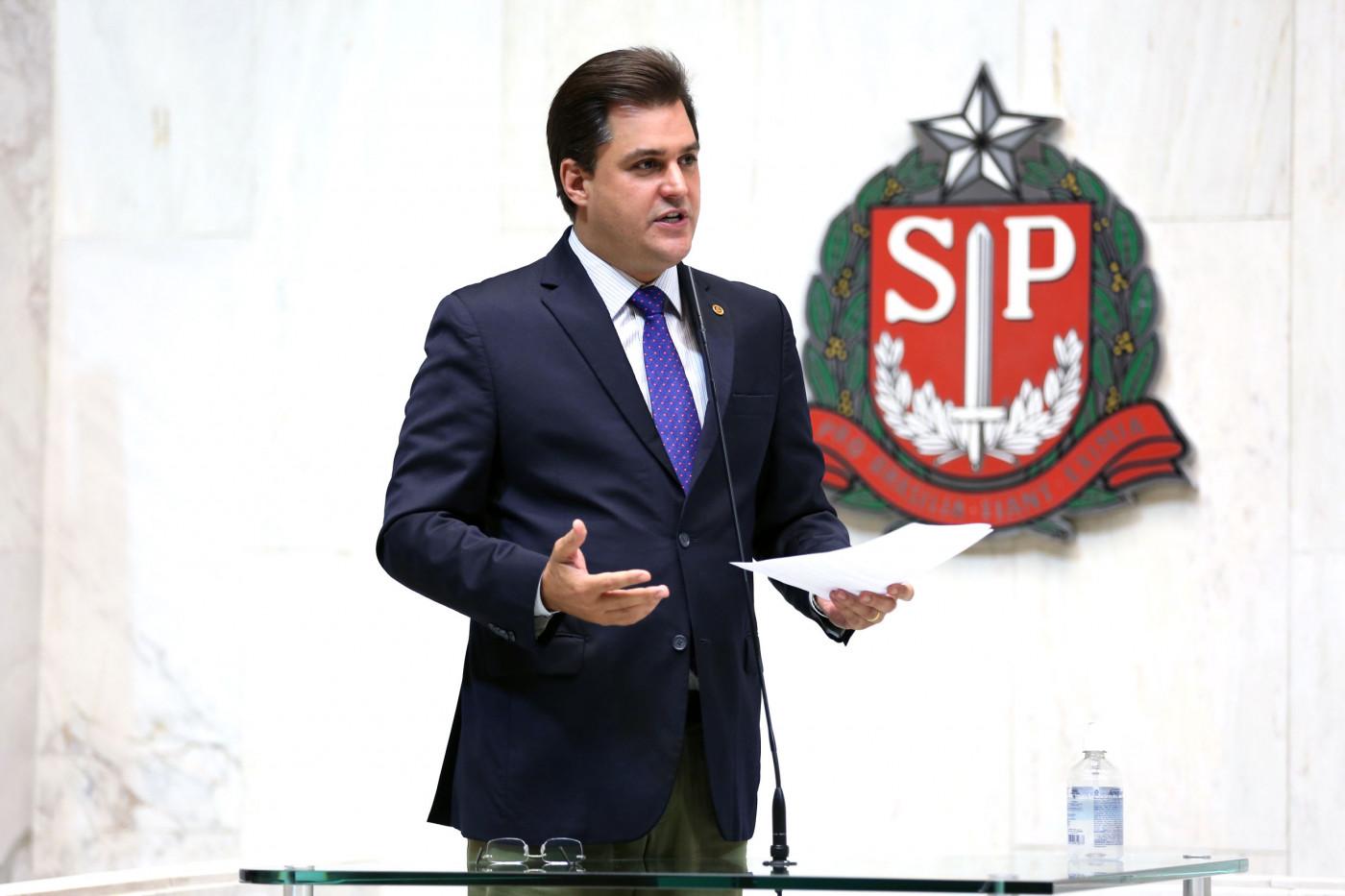 Deputado Frederico D'Ávila em tribuna da Alesp