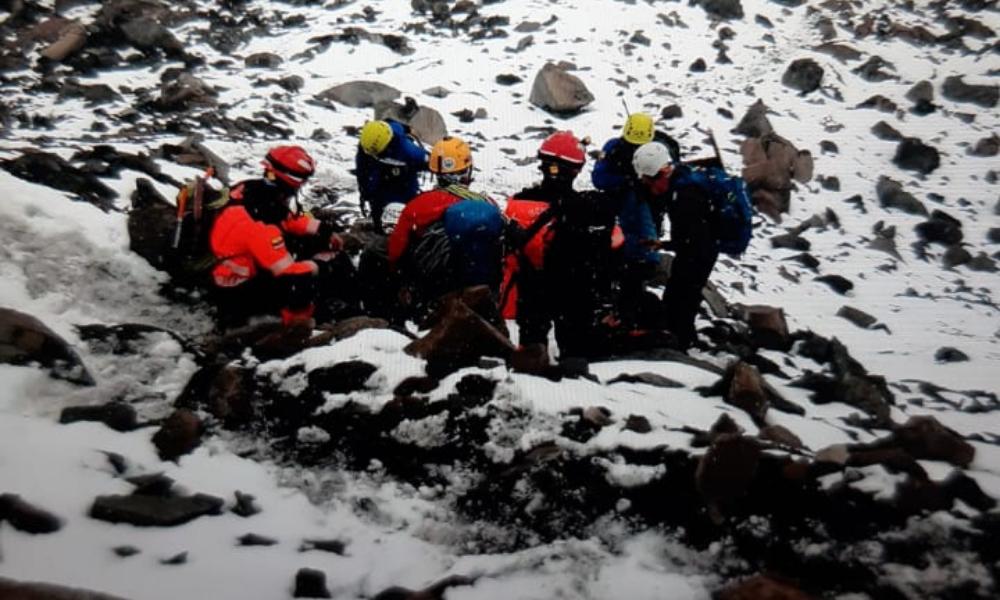 Equipes resgatam turistas após avalanche no Equador