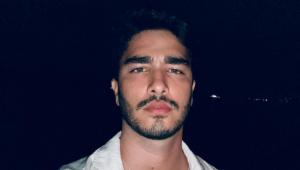 Leonardo Bittencourt aparece de camisa branca