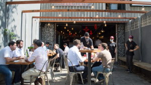Pessoas em mesas de restaurante ao ar livre na Vila Olímpia em São Paulo