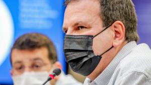 Prefeito do Rio de Janeiro, Eduardo Paes, fala ao microfone